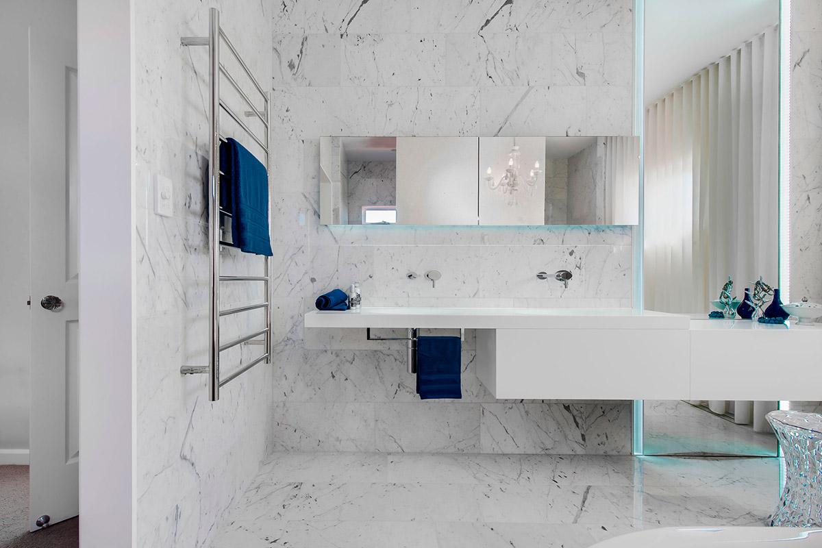 Элегантная ванная комната в белых тонах от студии Minosa Design